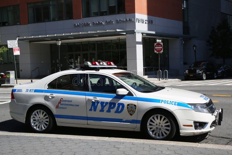 NYPD-de auto verstrekt veiligheid dichtbij Freedom Tower stock fotografie