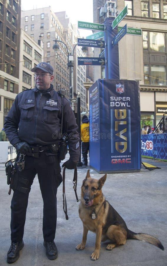NYPD-doorgangsdienst k-9 politieman en Duitse herder k-9 die veiligheid op Broadway verstrekken tijdens de week van Super Bowl XLV royalty-vrije stock foto's