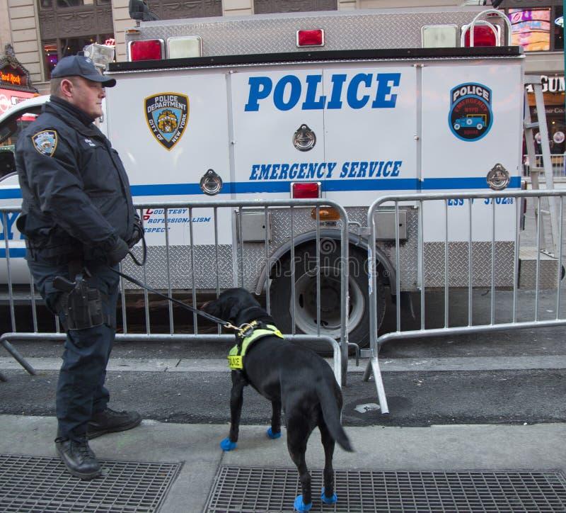 NYPD-doorgangsdienst k-9 politieman en hond k-9 die veiligheid op Times Square verstrekken tijdens de week van Super Bowl XLVIII i royalty-vrije stock foto's