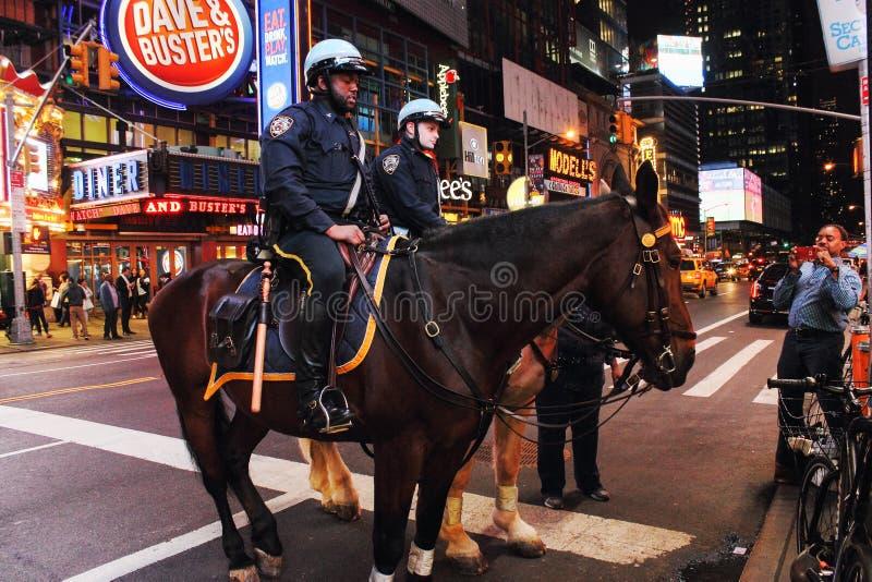 NYPD funkcjonariuszi policji na konia plecy w times square Miasto Nowy Jork obraz stock