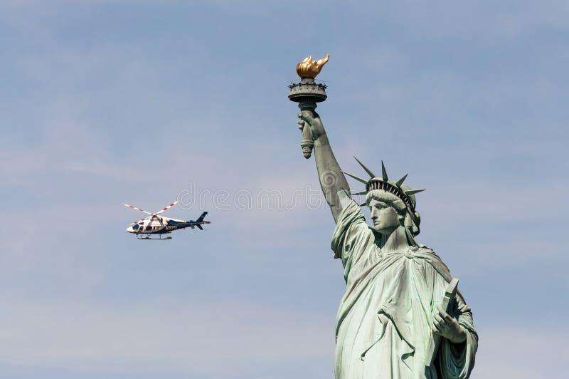 NYPD śmigłowcowa pobliska statua wolności, usa obraz stock
