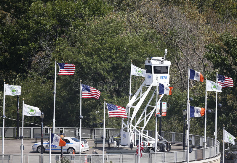 NYPD-het platform die van het Hemelhorloge veiligheid verstrekken op Nationaal Tenniscentrum tijdens US Open 2013 royalty-vrije stock foto's
