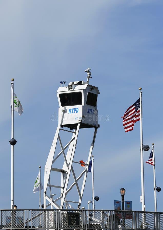 NYPD-het platform die van het Hemelhorloge veiligheid verstrekken op Nationaal Tenniscentrum tijdens US Open 2013 stock fotografie