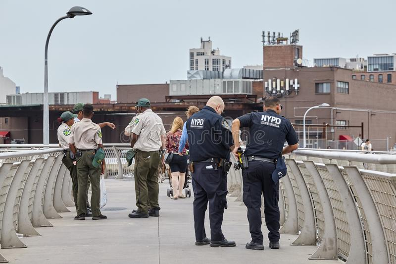 NYPD- och NYC-avdelningen av parkerar royaltyfri fotografi