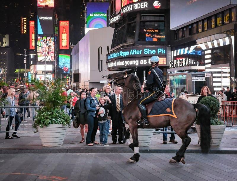NYPD-polishäst och ryttare, når att ha skrämts i Times Square, New York, USA royaltyfria bilder