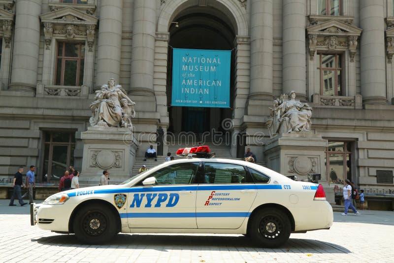 NYPD samochód w przodzie muzeum narodowe Amerykańsko-indiański w Manhattan zdjęcie stock