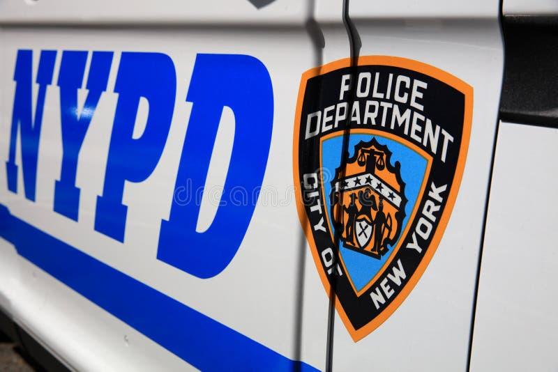 NYPD-tecken med logo på polisbensindrivna bilen i New York City USA royaltyfria bilder