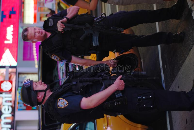 nypdtjänstemän förser med polis fyrkantiga tider arkivfoton