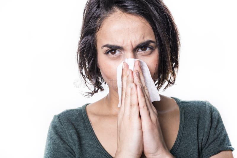 Nysa flickan som har influensa på vit studobakgrund arkivbilder
