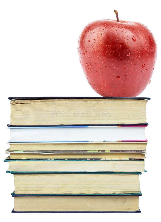 Nytt äpple på högen av böcker royaltyfri foto