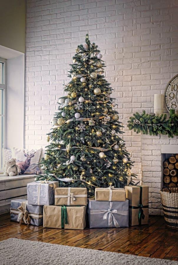 Nytt år dekorerad julgran, guld- stjärnor, jul, Co royaltyfri bild