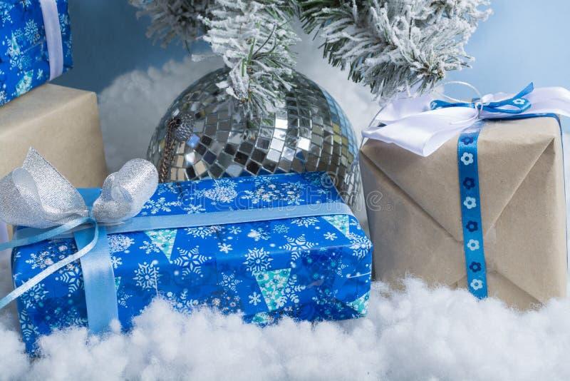 nytt år för foto s trädet för ` s för det nya året med efterföljd av snö dekoreras med leksaker Gåvor ligger under ett träd för f arkivbild