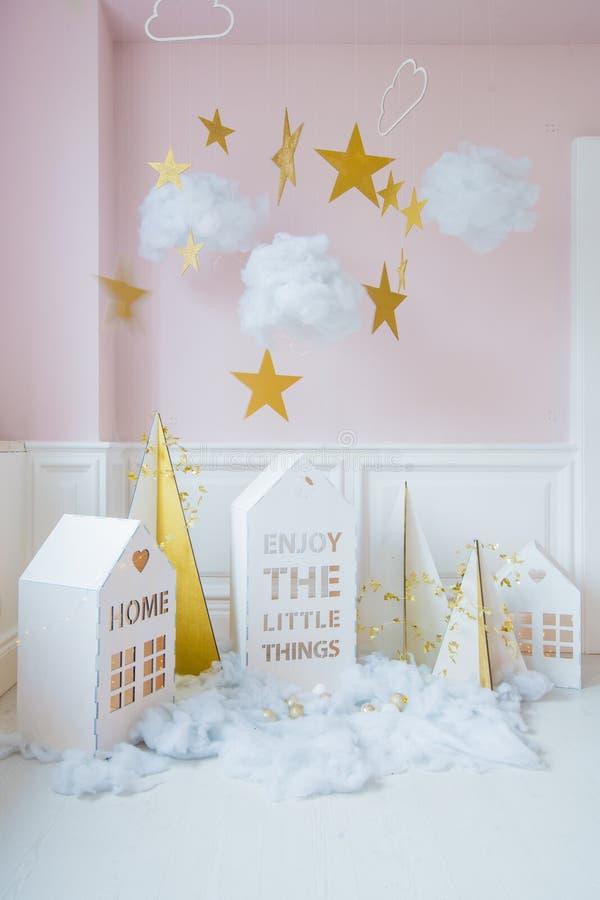 nytt år för garnering Mycket små julhus Julbakgrund med det vita huset, snöflingor, stjärna, girlander och arkivfoto