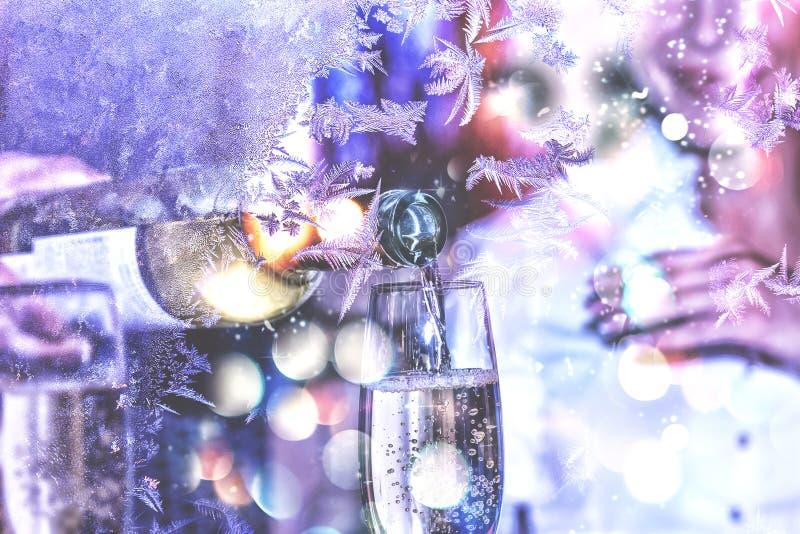 nytt år för jul Beröm valentin för dag s Sommelieren eller uppassaren häller vitt vin i ett exponeringsglas royaltyfri foto