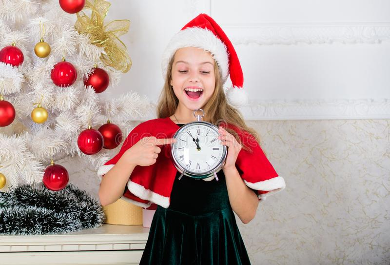 nytt år för nedräkning Uttryck för framsida för klocka för håll för dräkt för flickaungesanta hatt som upphetsat lyckligt räknar  royaltyfri fotografi