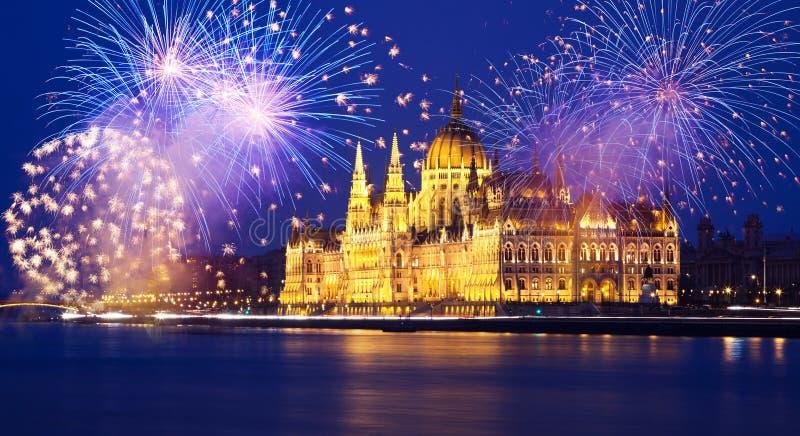 Nytt år i staden - Budapest med fyrverkerier royaltyfri bild