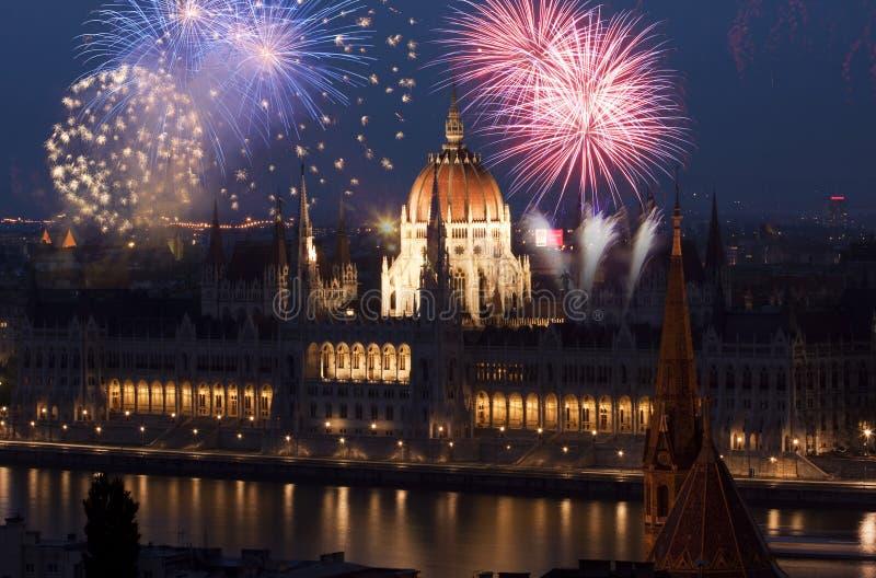 Nytt år i staden - Budapest med fyrverkerier royaltyfria foton