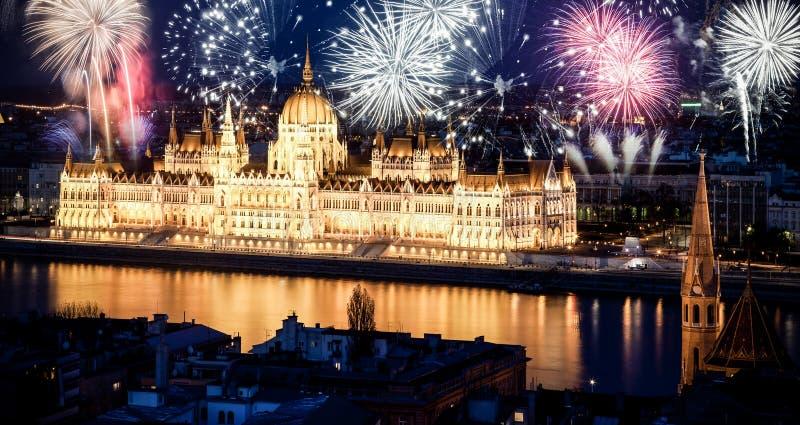 Nytt år i staden - Budapest med fyrverkerier arkivfoto