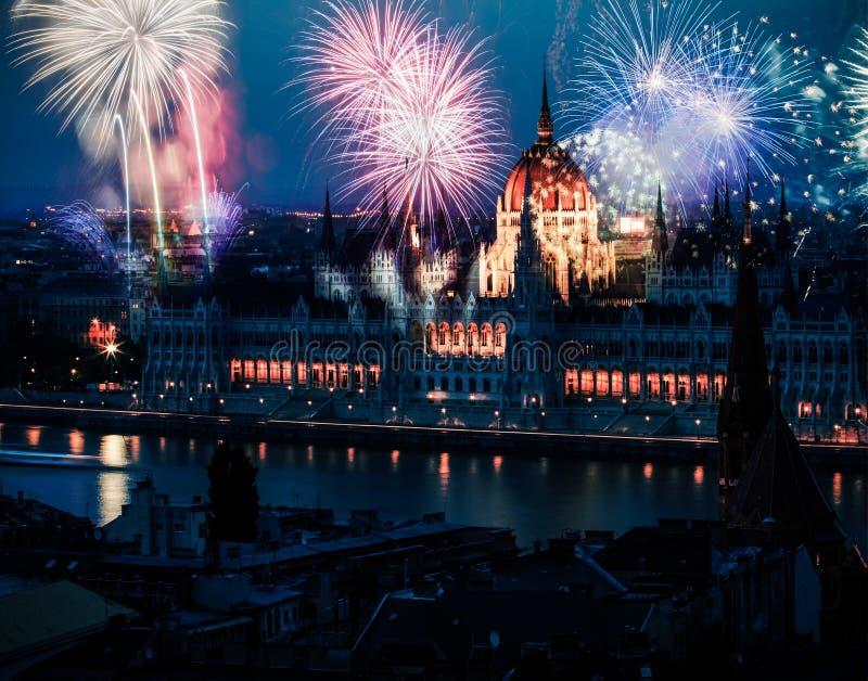 Nytt år i staden - Budapest med fyrverkerier arkivbilder