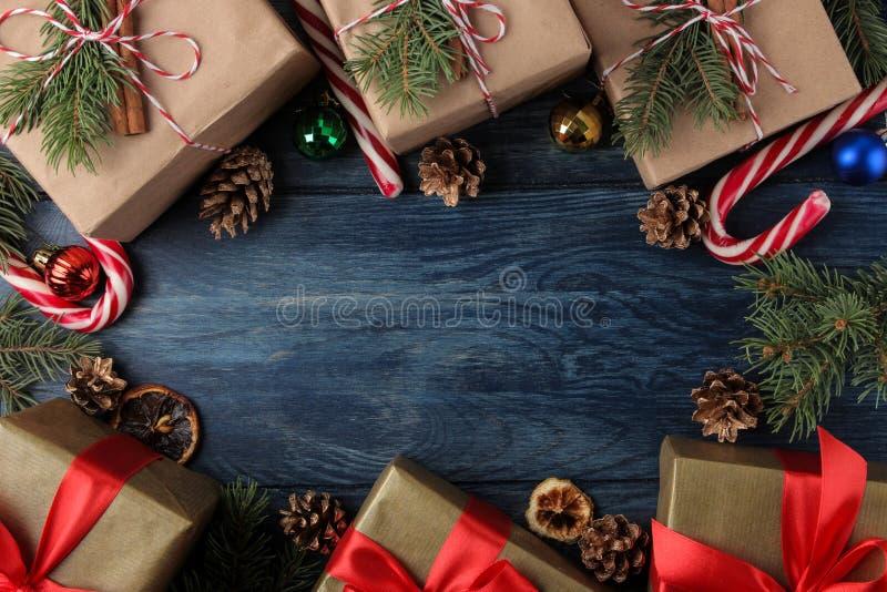 nytt år Jul ferier Sammansättning med gåvor för nytt år och julpå en blå bakgrund ovanför sikt royaltyfria bilder
