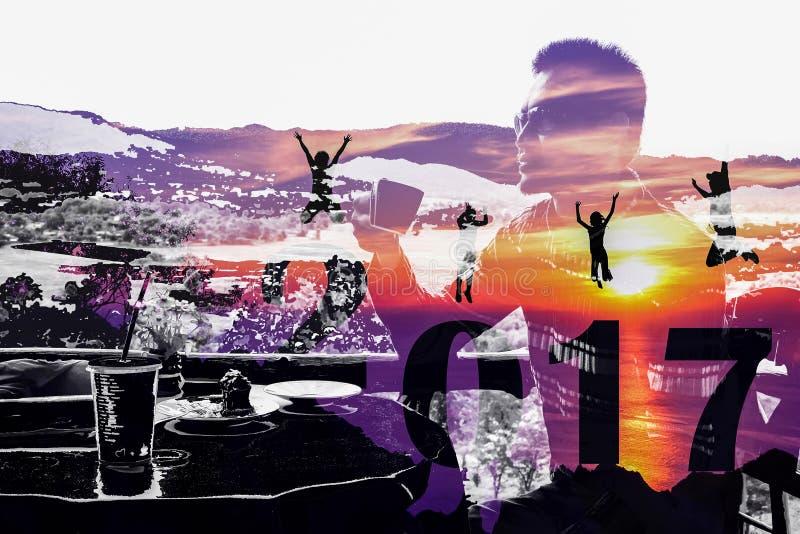 Nytt år 2017 med konturfamiljbanhoppning på berg- och manbakgrunden royaltyfria foton