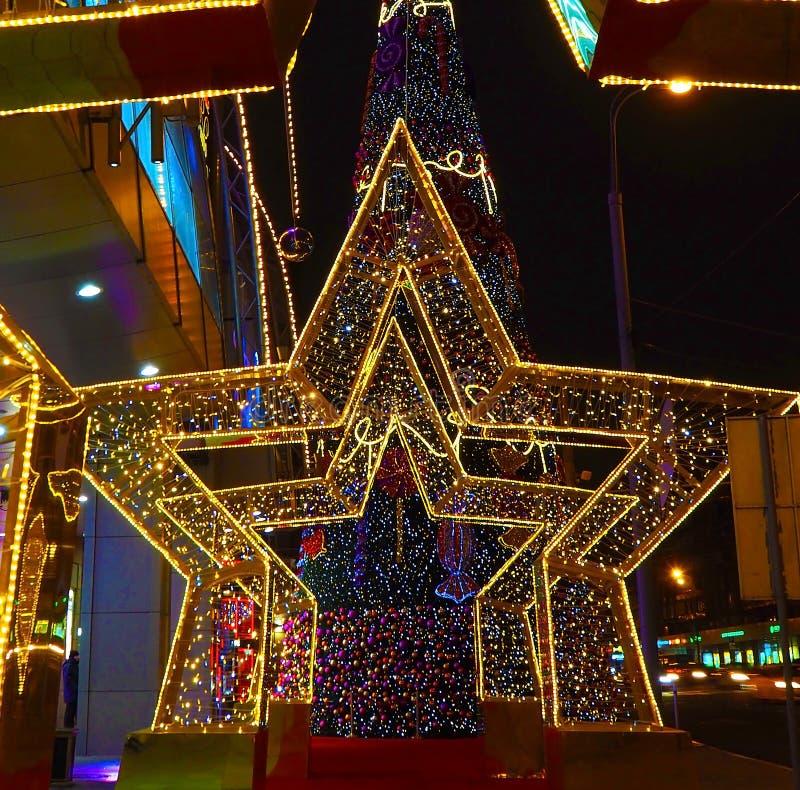 Nytt år 2018 och garnering för ` s för nytt år för jul av en gata i form av en tunnel av stjärnor i Moskva royaltyfria bilder