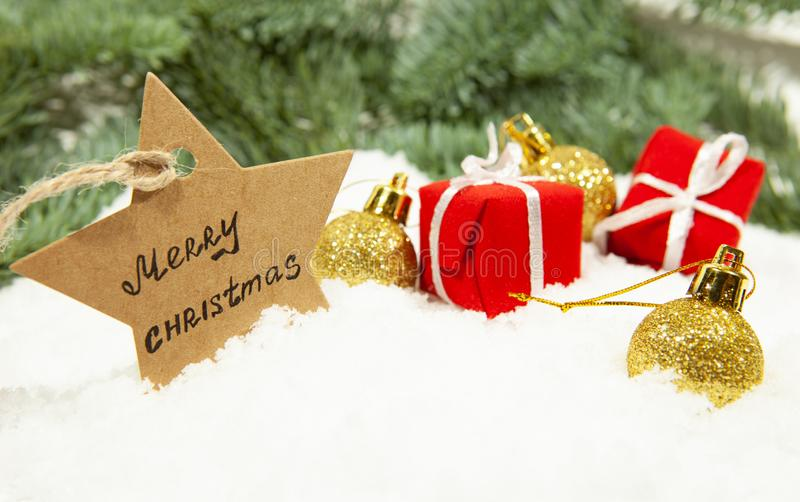 Nytt års dekor, gåvor och julbollar på vit snö, närbild royaltyfria bilder