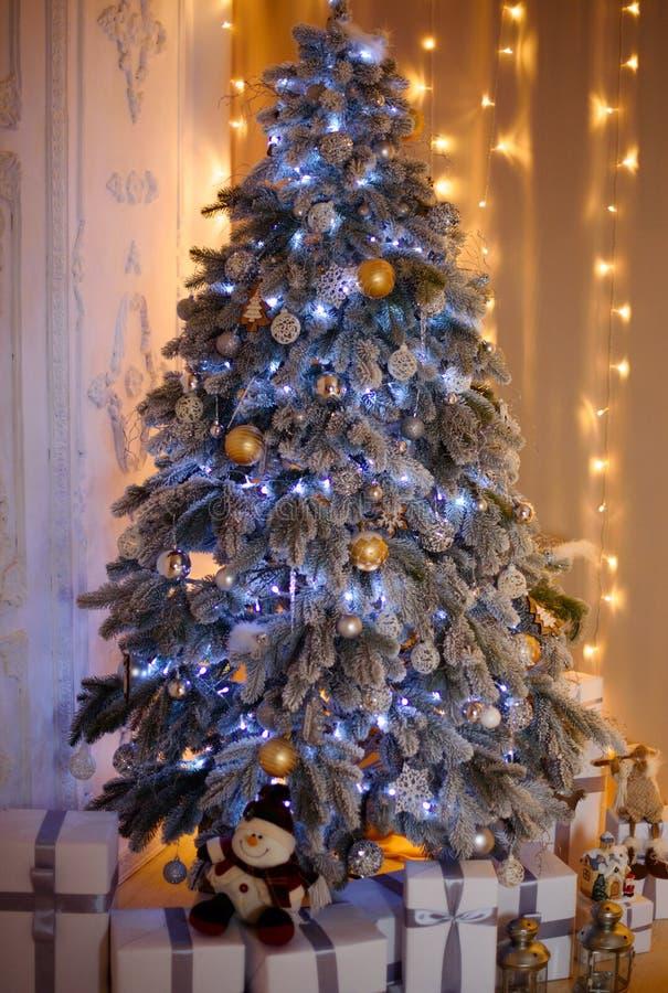 Nytt års dekor, härligt rum Nytt års chic julgran royaltyfria bilder