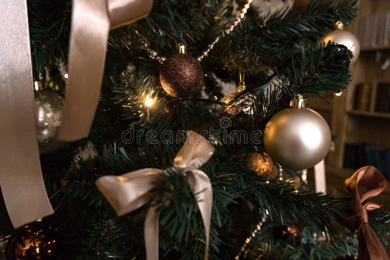 Nytt års dekor i rummet med en julgran, en spis och gåvor fotografering för bildbyråer