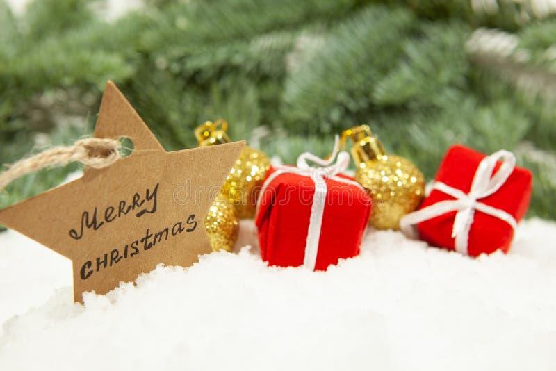 Nytt års dekor, julbollar och gåvor royaltyfri fotografi