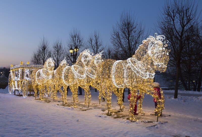Nytt års installation i Museum-reserven 'Tsaritsyno ', Sagolik glödande lagledare som dras av sex glöda för hästar arkivfoton