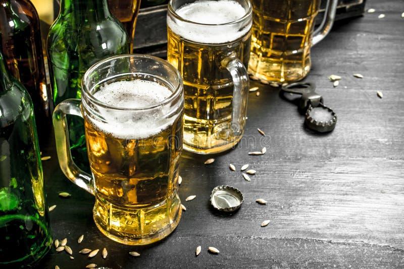 Nytt öl i exponeringsglas och i en gammal ask royaltyfria foton