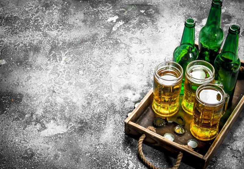 Nytt öl i exponeringsglas på ett magasin arkivbild