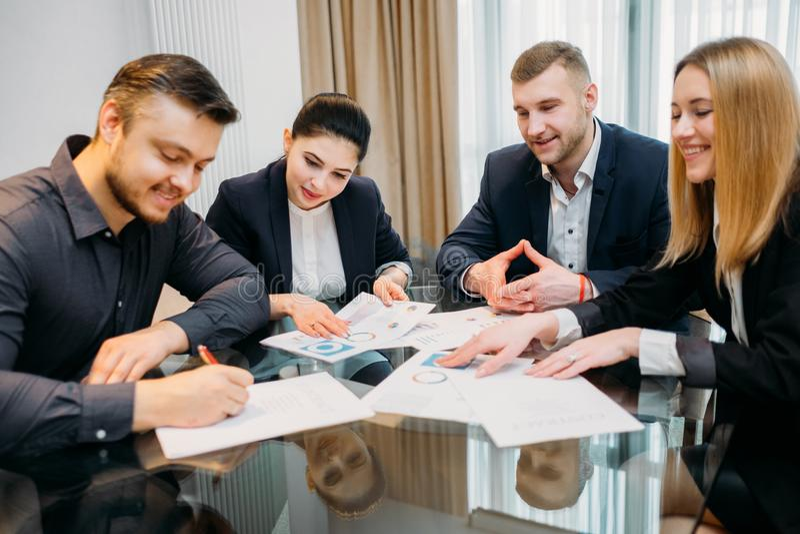 Nytt affärspartnerskap som ler mannen, undertecknar avtalet royaltyfri bild