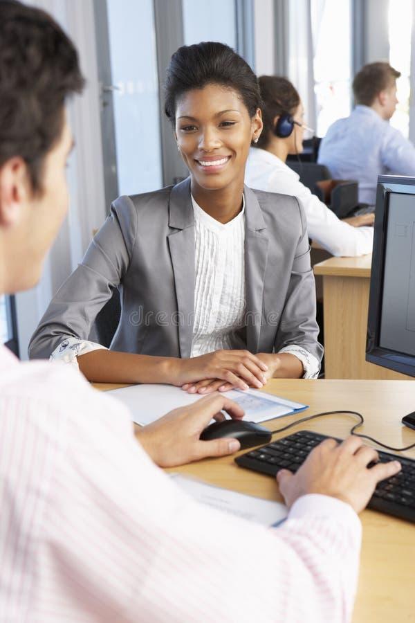Nytt anställdstartarbete i upptaget kontor royaltyfri fotografi