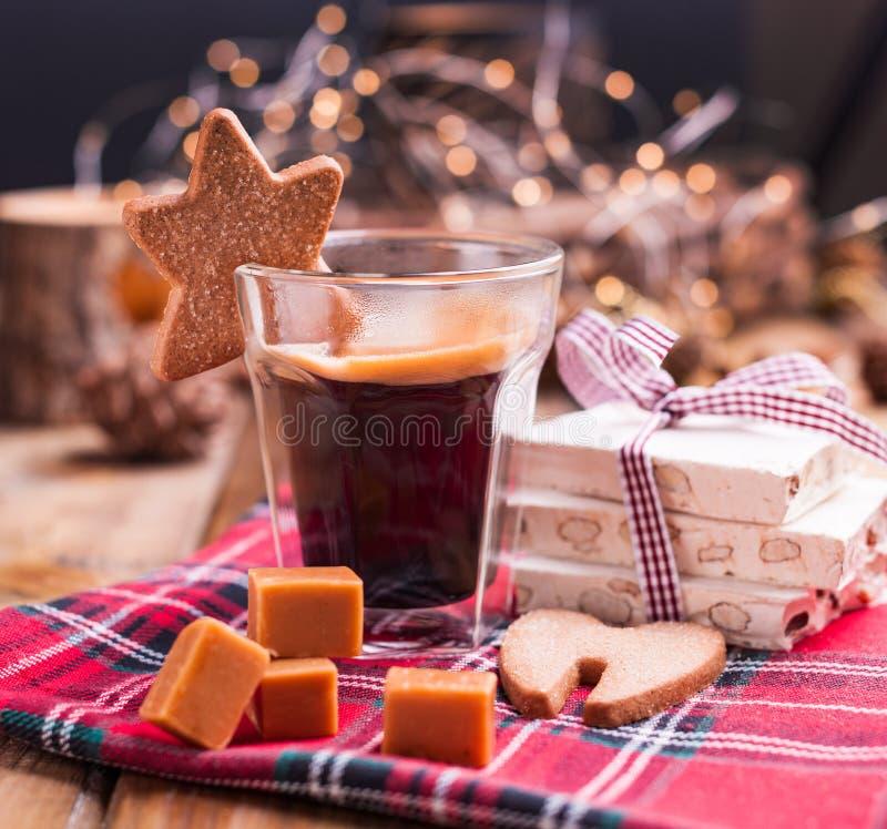Nytt aromatiskt kaffe och italienska julsötsaker Nougat med mandlar, karemelnyesötsaker, ljust rödbrun kakor och den varma drinke royaltyfri foto