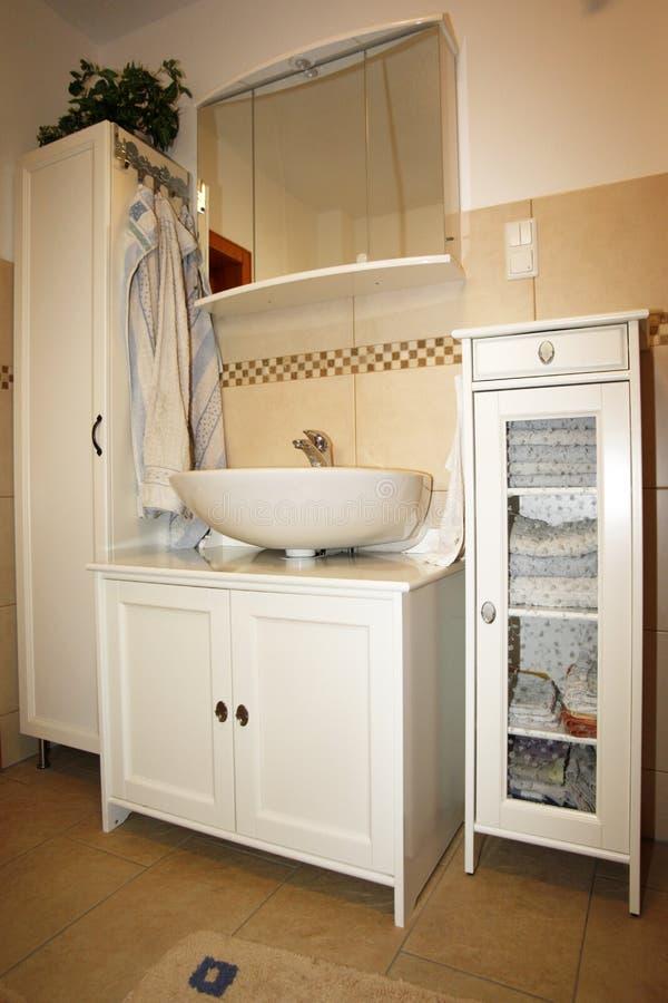 Nytt badrum i beigabruntfärger arkivfoto