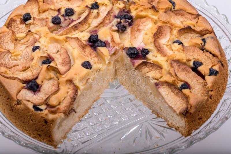 Nytt bakad söt kaka med frukt royaltyfri foto