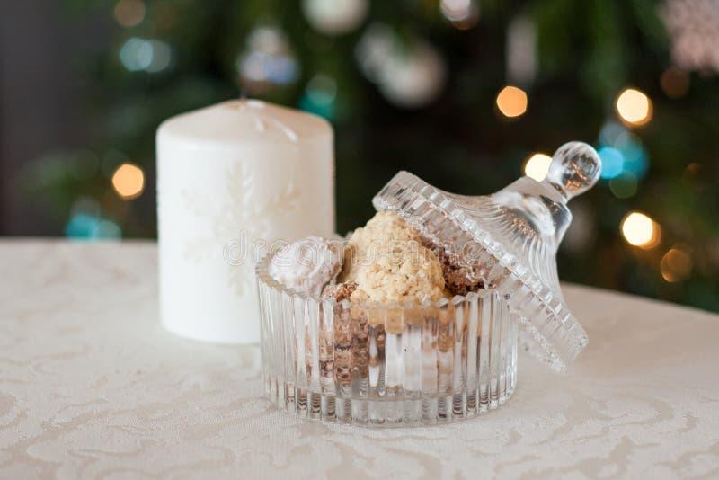Nytt bakade julkakor i en härlig glass behållare royaltyfri foto