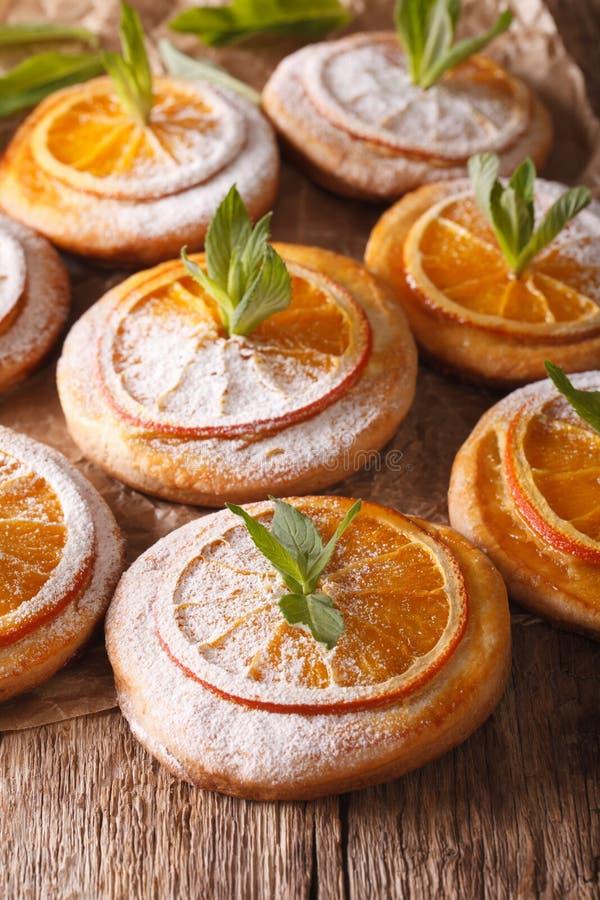 Nytt bakade kakor med apelsiner och mintkaramellnärbild vertikalt fotografering för bildbyråer