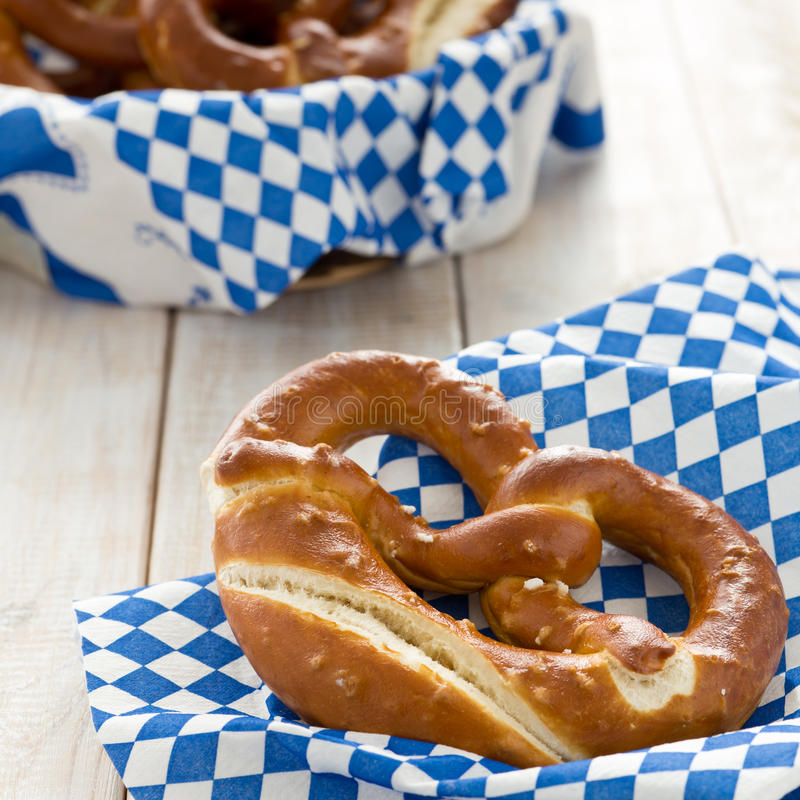 Nytt bakade kringlor med brödkorgen och bayerska vit-blått arkivbilder