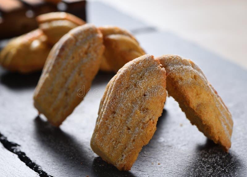 Nytt bakade Madeleine kakor som strilas med socker, pudrar närbild på tabellen royaltyfria bilder