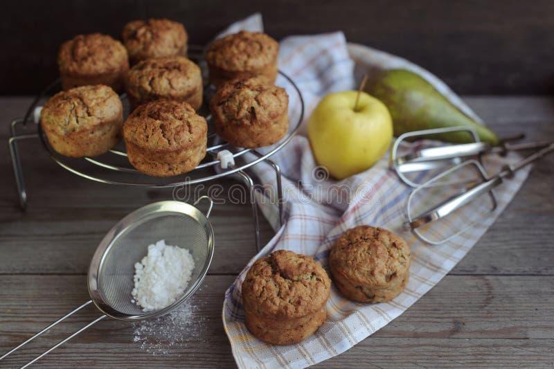 Nytt bakade muffin med päronet och äpplet royaltyfri foto