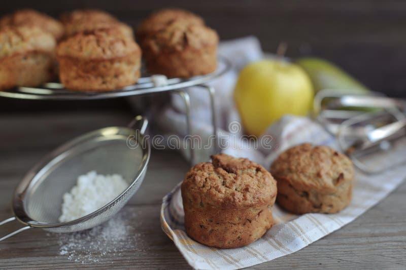 Nytt bakade muffin med päronet och äpplet arkivbilder
