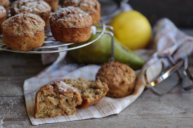 Nytt bakade muffin med päronet och äpplet royaltyfri fotografi