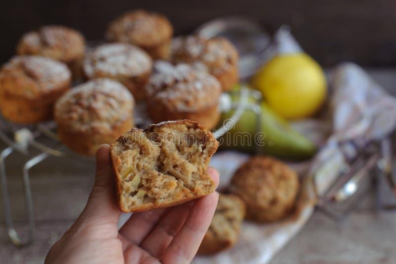 Nytt bakade muffin med päronet och äpplet royaltyfria bilder