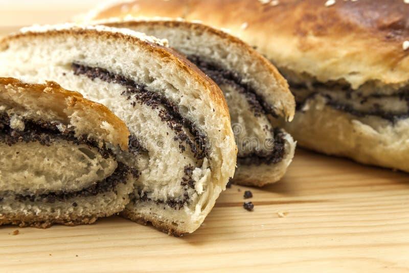 Nytt bakat bröd med vallmofrö och sesam på träbackgroun arkivbild