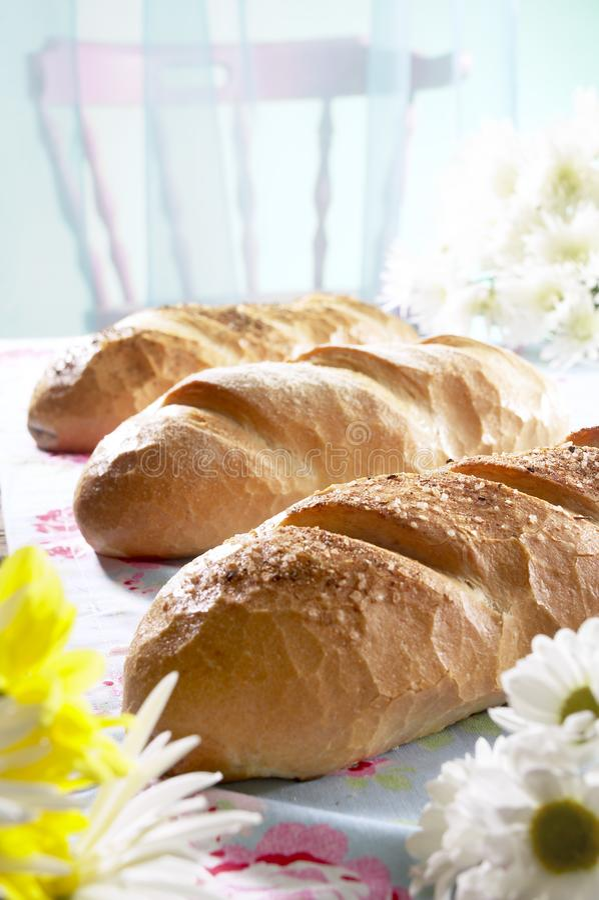 Nytt bakat bröd på en lunchtabell royaltyfri fotografi