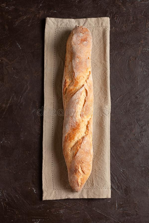 Nytt bakat hemlagat bagett eller bröd med en frasig skorpa fotografering för bildbyråer