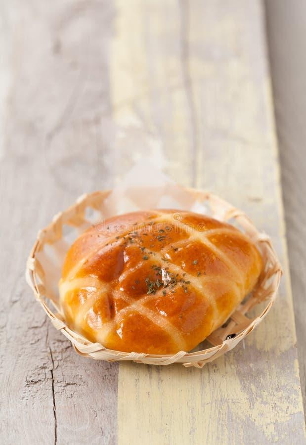 Nytt bakat hemlagat bröd i en bambukorg på wood bakgrund royaltyfria bilder